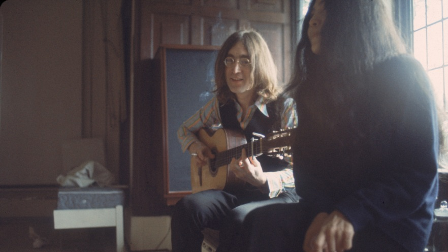 British musican and artist John Lennon (1940 - 1980) plays guitar next to his future wife, Japanese-born artist and musician Yoko Ono, December 1968. (Photo by Susan Wood/Getty Images)
